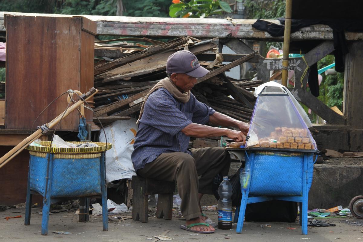 A street vendor in East Jakarta (Photo: Etienne Turpin)